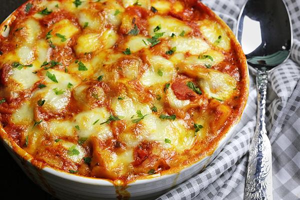 Tortellini al Forno - easy and quick, cheesy baked tortellini with tomato pasta sauce and mozzarella cheese!