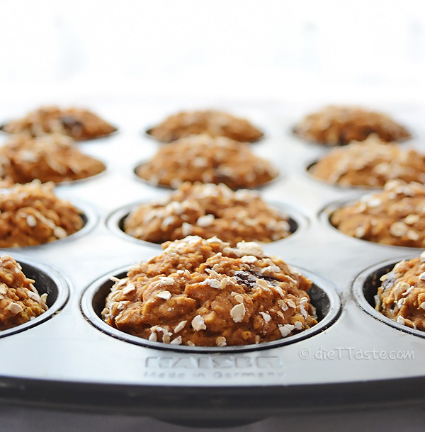 Healthy Pumpkin Chocolate Chip Muffins - only 160 calories - diettaste.com
